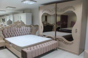 חנות רהיטים עם מראה ומיטה