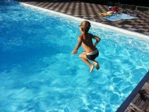 ילד קופץ לבריכה