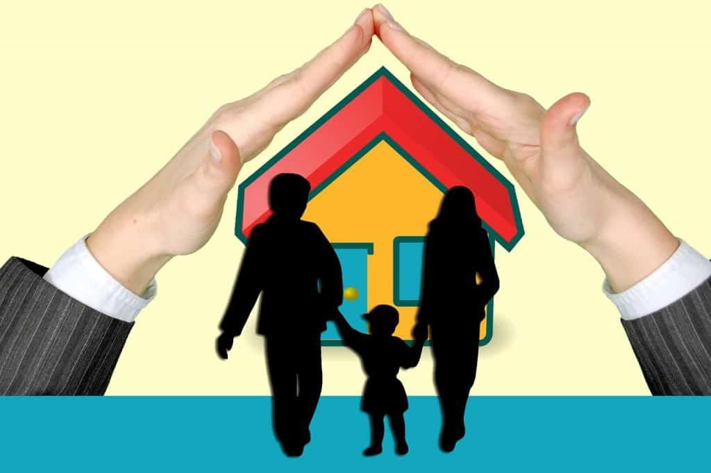 בית וזוג עם ילד