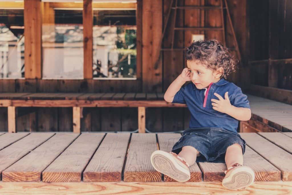 ילד יושב