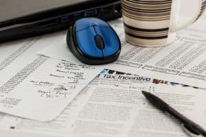 עכבר, עט ומחשבון לחישוב החזר מס